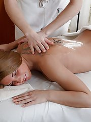Hot stunner screams from pleasure on the massage table